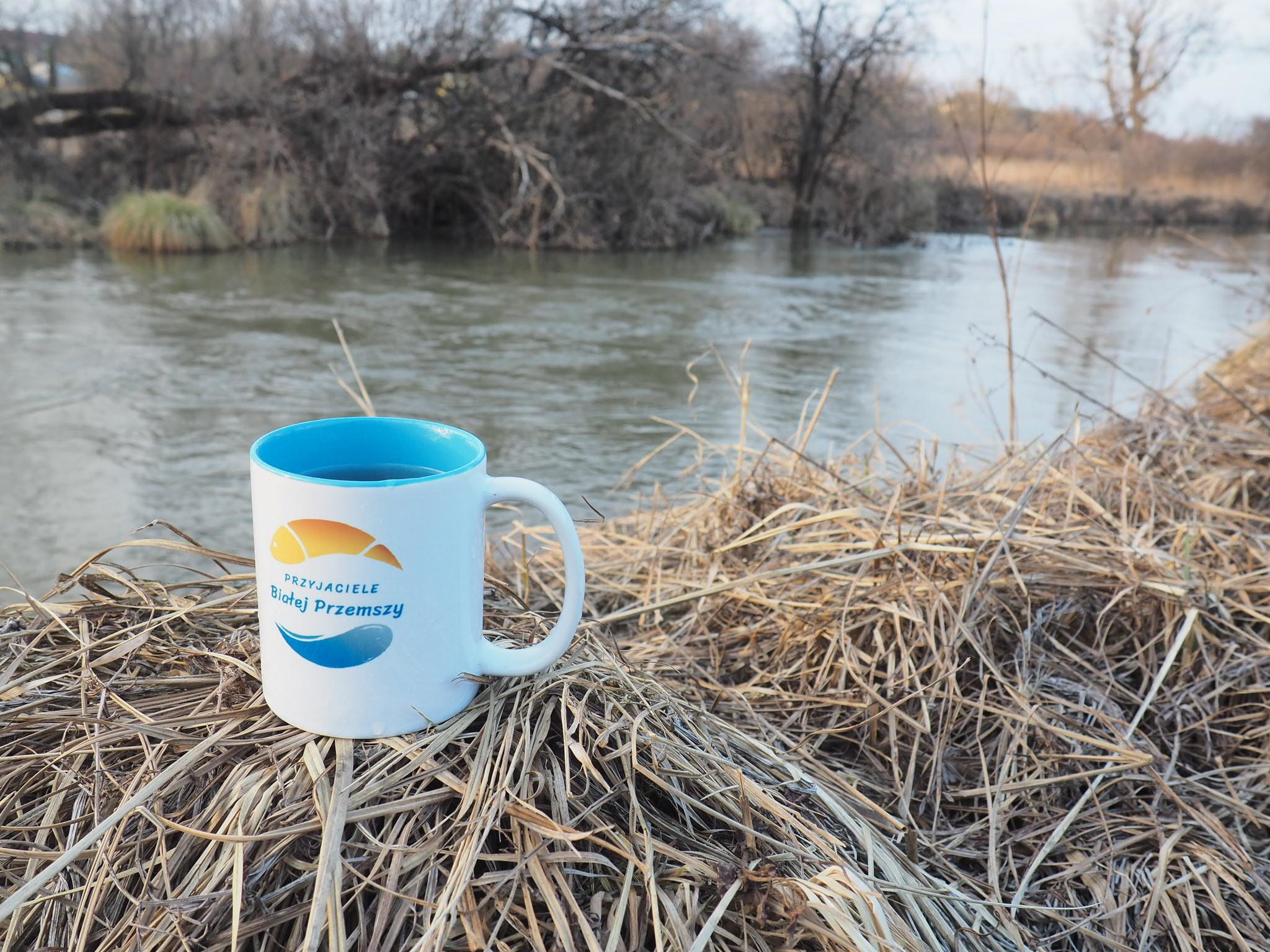 kawa nad rzeką